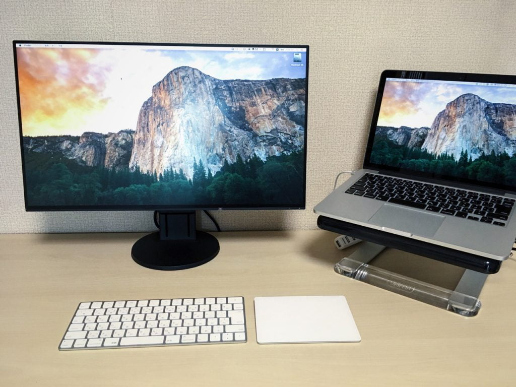 EIZO 液晶モニター FlexScan 23.8 EV2451-RBKとMacbook Proを並べたところ