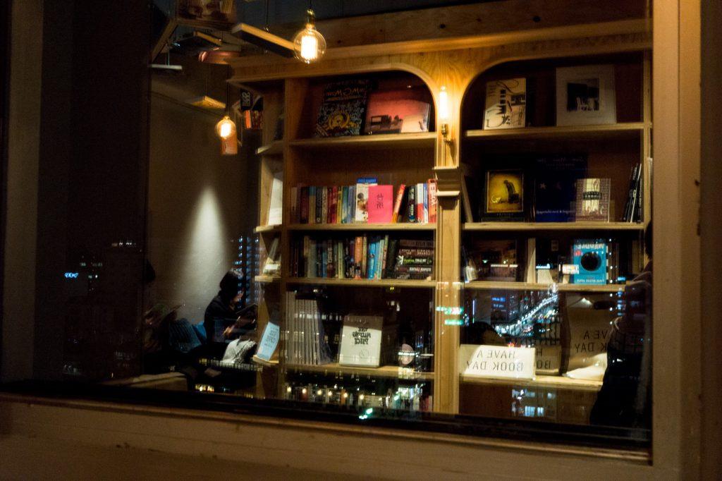 泊まれる本屋 BOOK AND BED TOKYO-KYOKO 京都店 窓に映る本棚