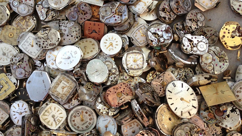 壊れた時計がたくさん