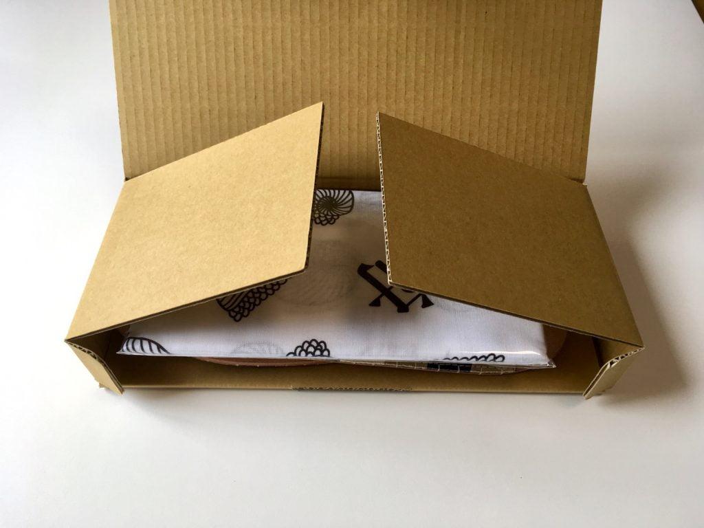 森田布包製作所の帆布を使用したスリッパの箱の中
