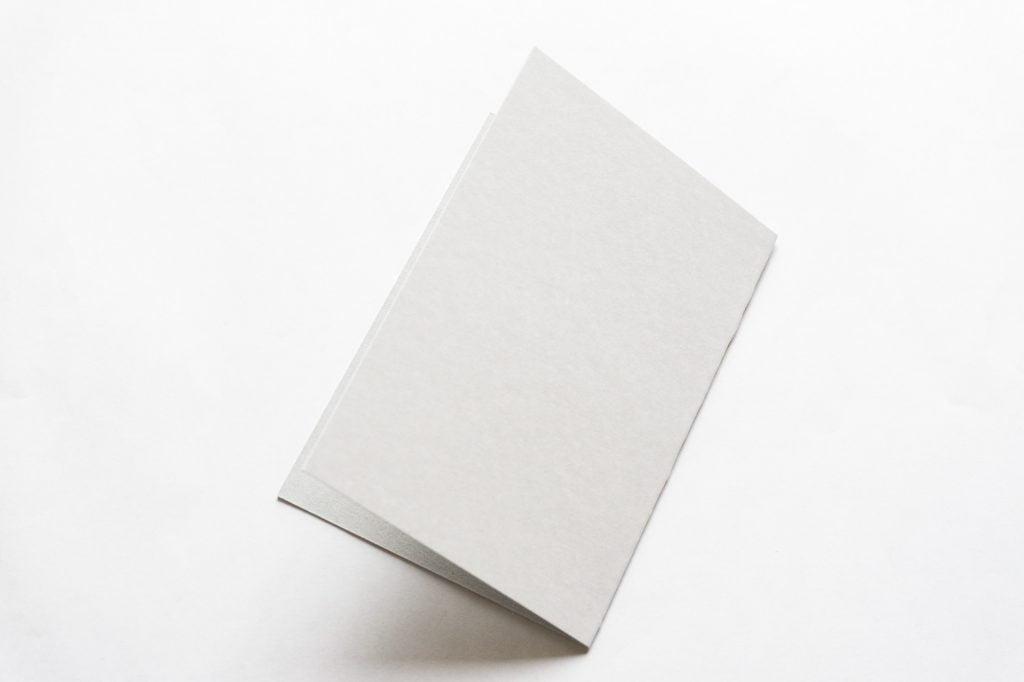 二つに折った厚紙