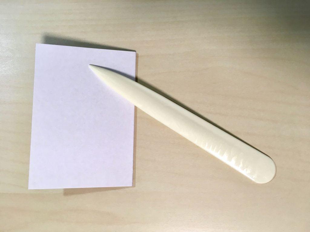 ヘラと厚紙