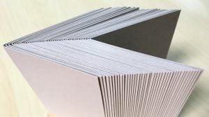 厚紙を折るときは、折り目を先に入れると楽に折れる