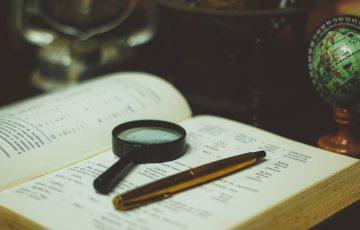 本と虫眼鏡とペン