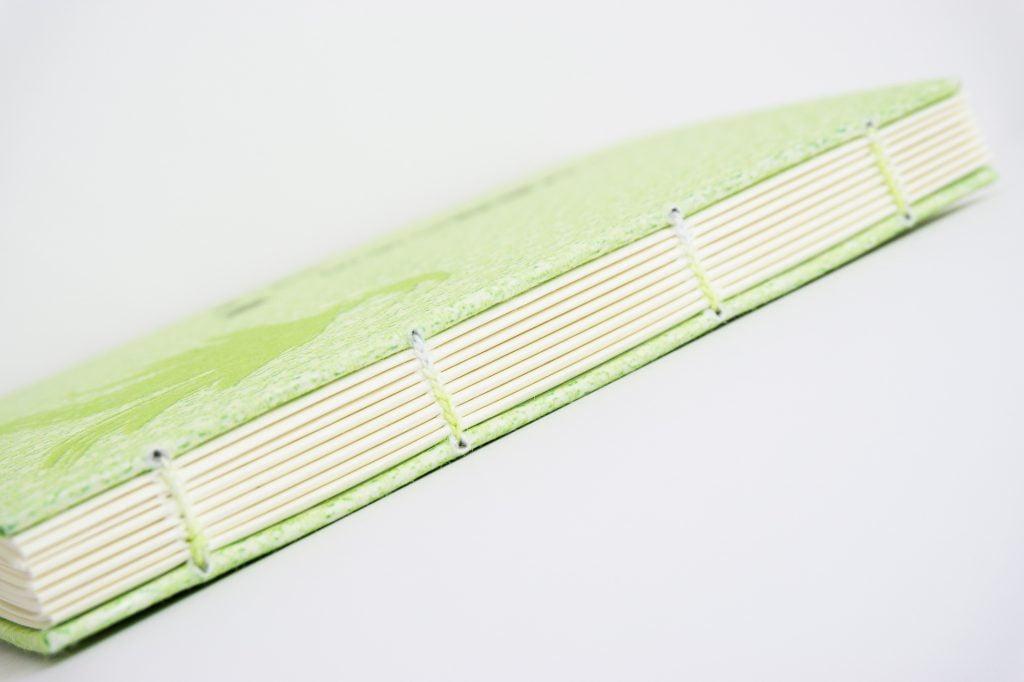 糸かがり手製本はん・ぶんこ 一文物語365 飛の背表紙