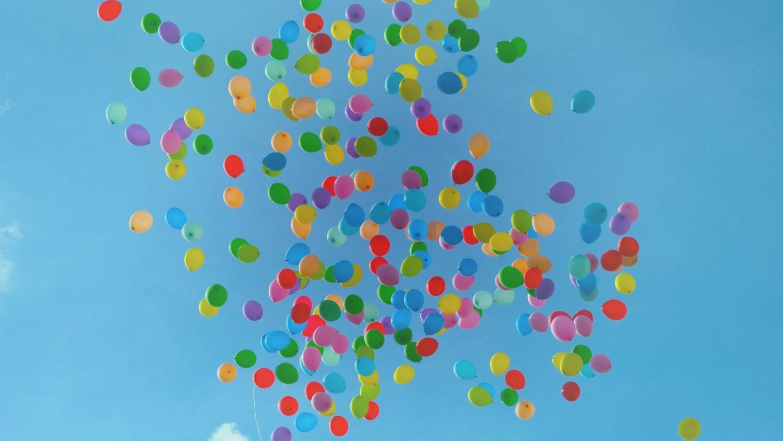 空を飛ぶ数々の風船