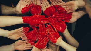 人の手で作られた赤いハート