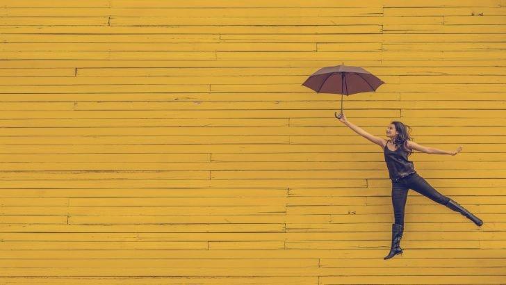 傘で飛んでいる女性