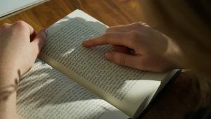 読んでいる本の文章を指でなぞる