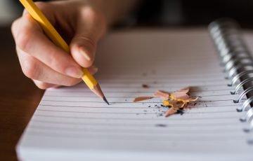 ノートに削った鉛筆で書く