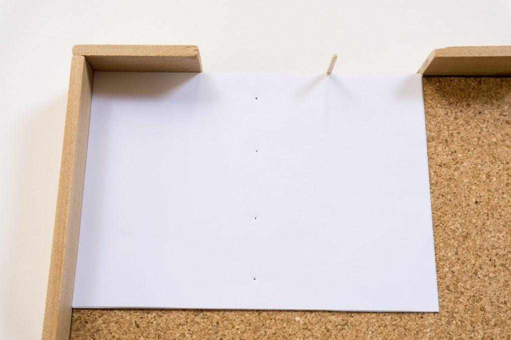 手製本はん・ぶんこ裁断道具で穴を空けたところ