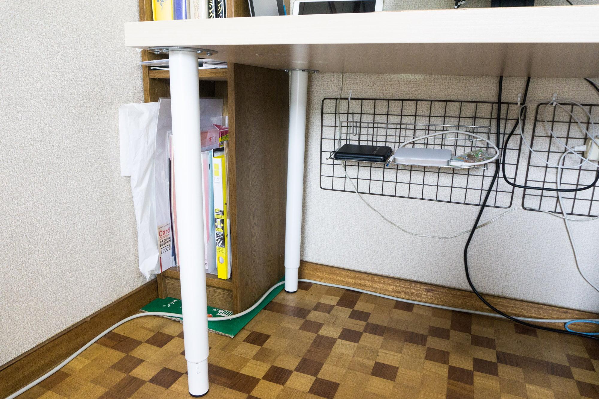 パソコンデスクの高さを調節できるように ikeaの伸縮式脚とテーブルで机