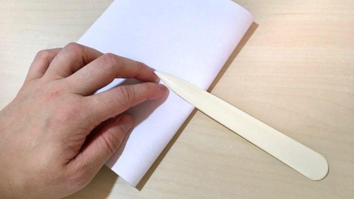厚紙を折っているところ