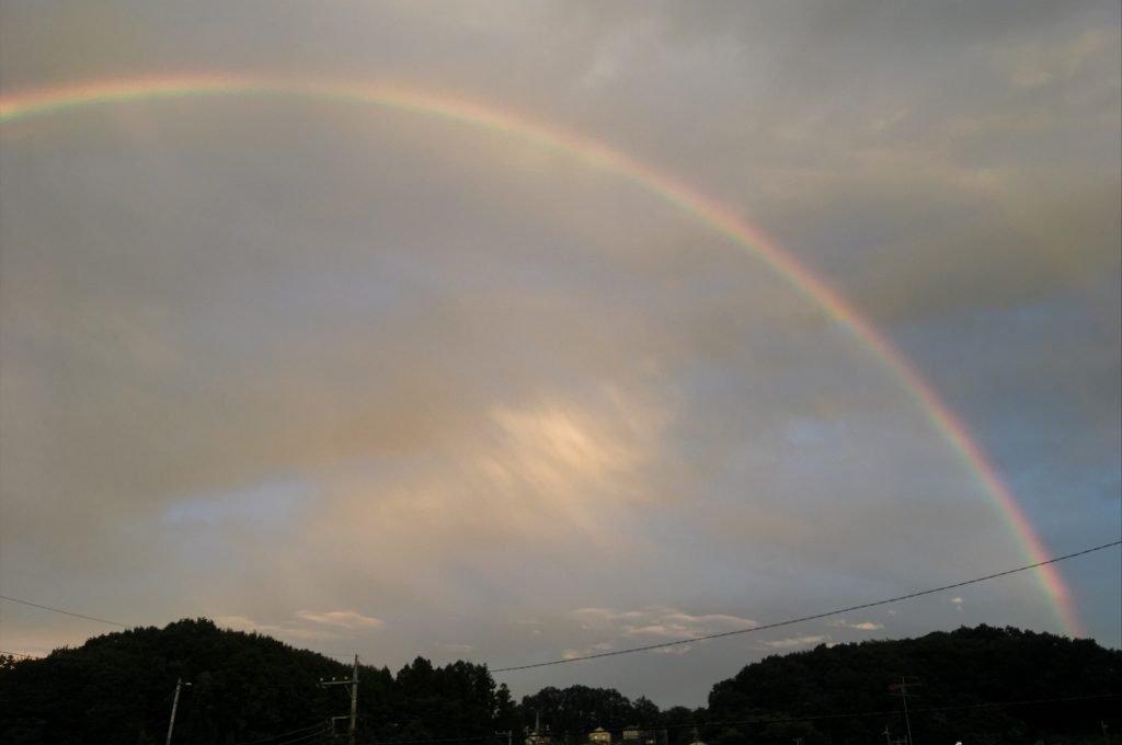 夕方の空にかかった虹