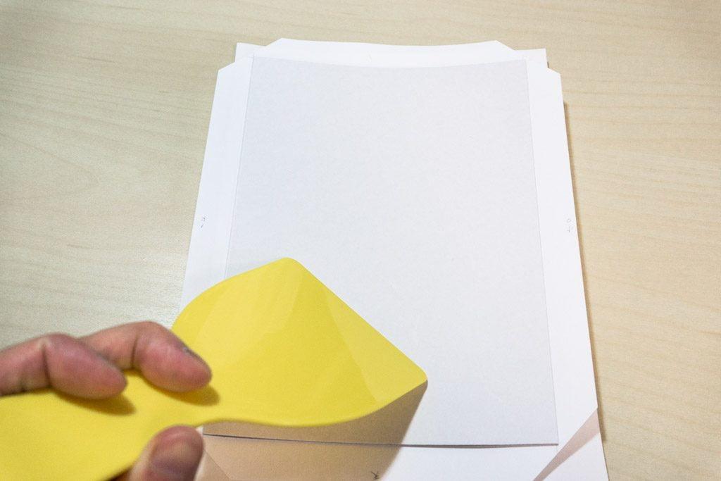 新作手製本一文物語365 2016年集の表紙に厚紙を貼る