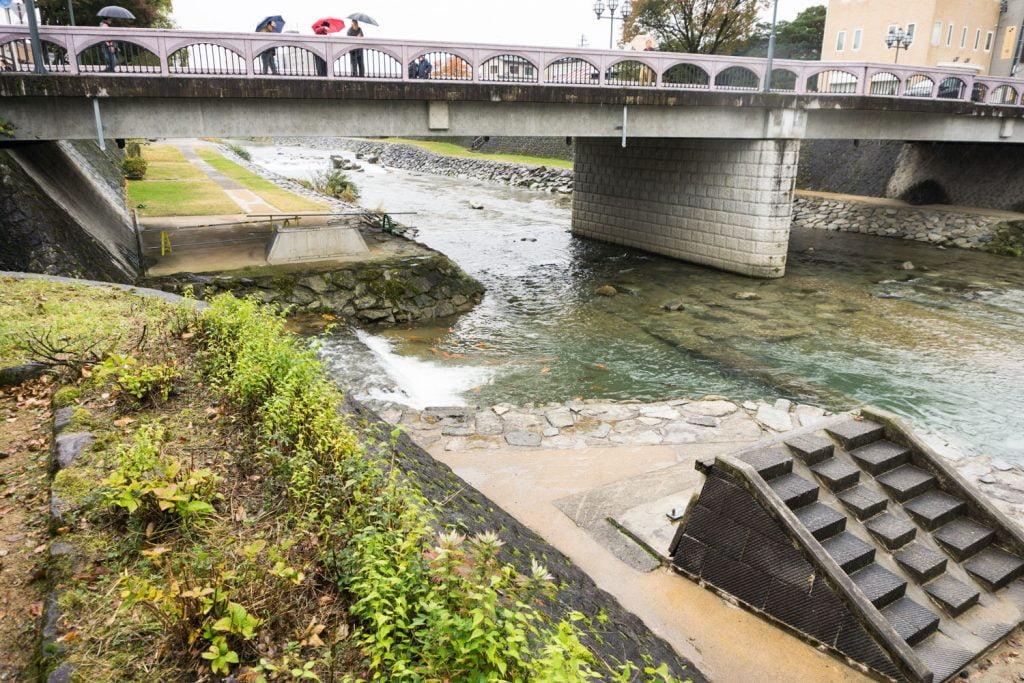 テレビアニメ「氷菓」聖地巡礼飛騨高山の弥生橋の下