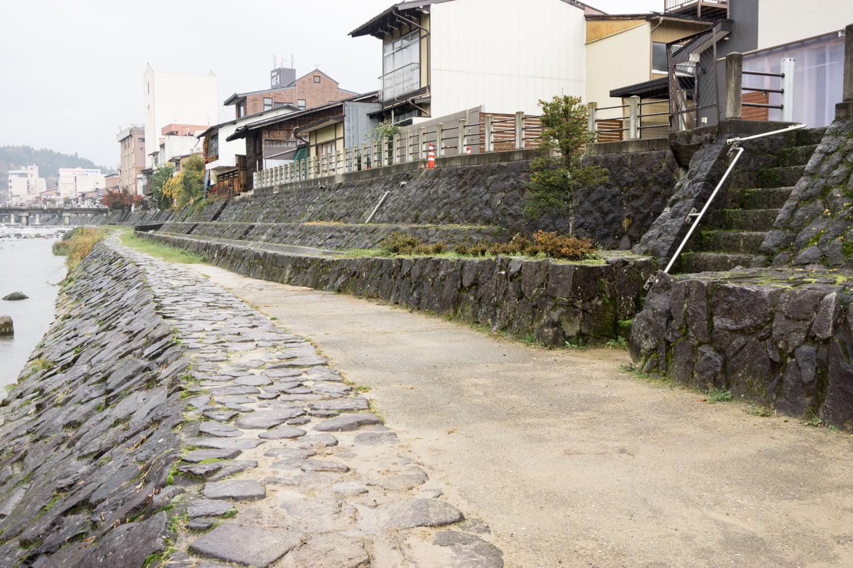 テレビアニメ「氷菓」聖地巡礼飛騨高山の宮川沿い