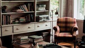本がたくさん棚やテーブル置いてある