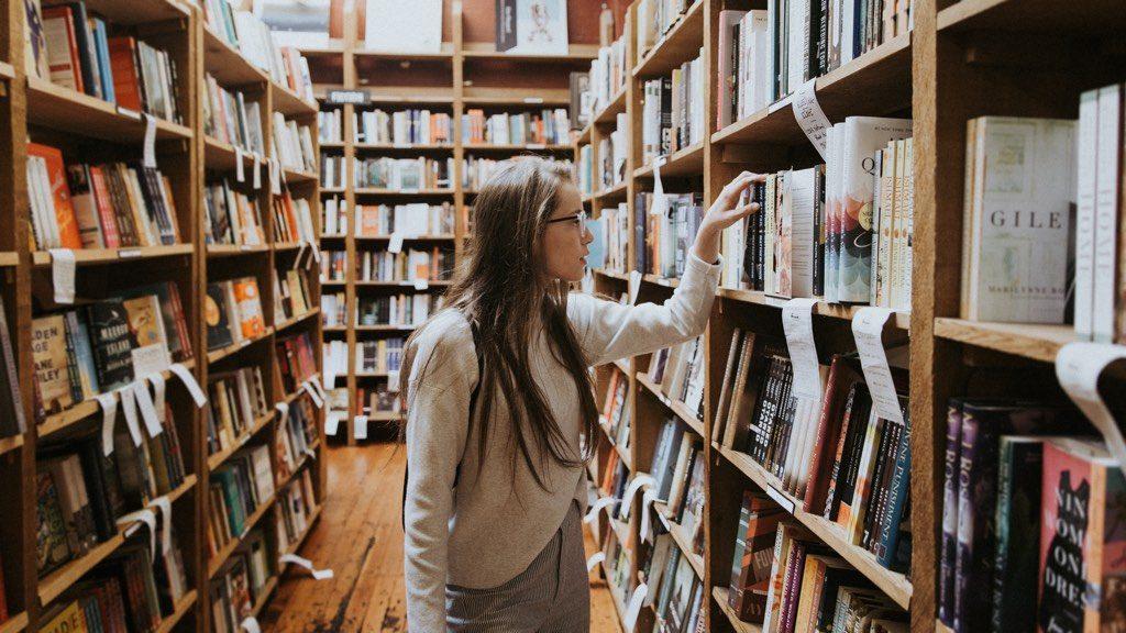 女性が本を選んでいる