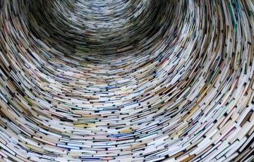 円柱上に積み重ねられた本のトンネル