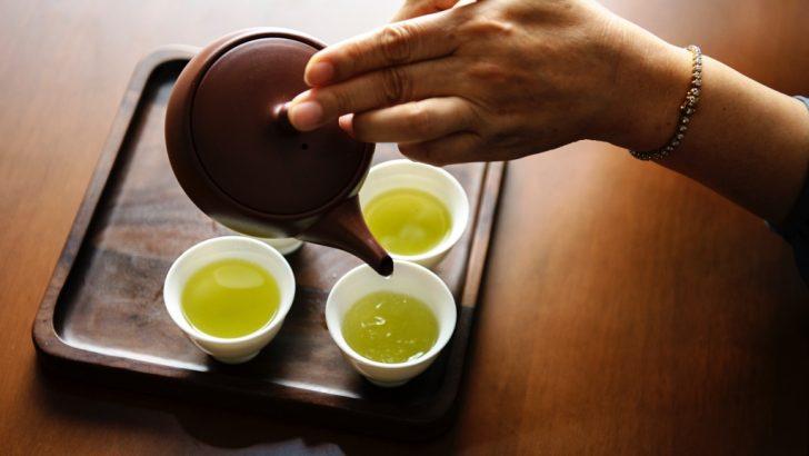 日本茶を入れているところ