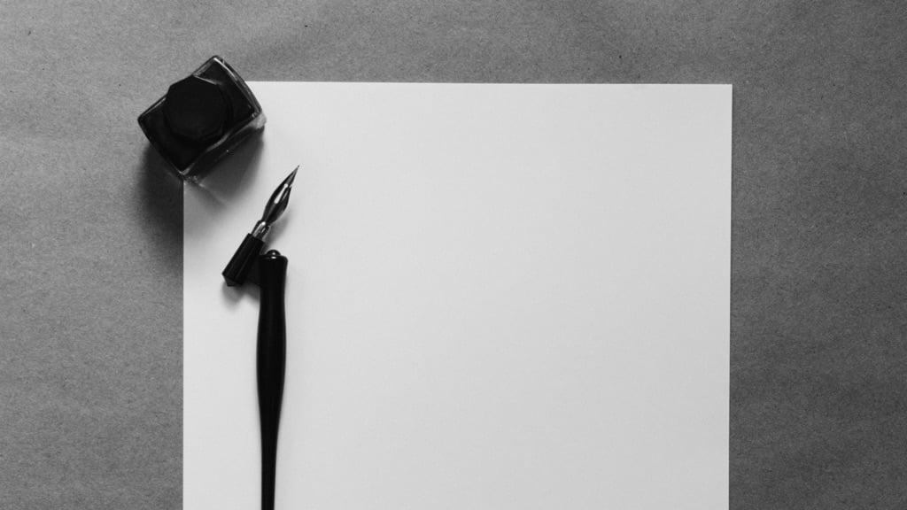 何も書かれていない紙と万年筆