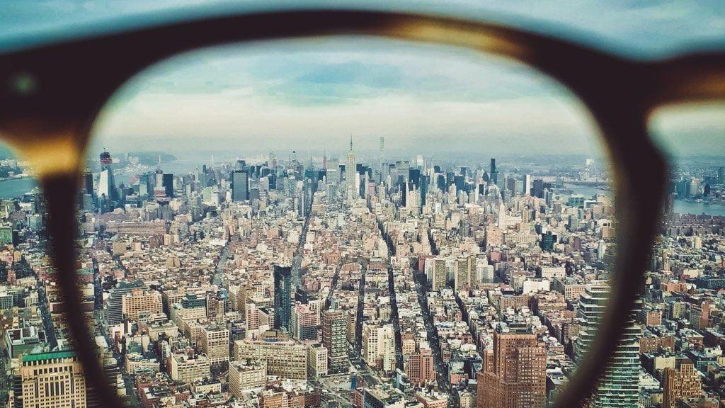 メガネ越しの街並み