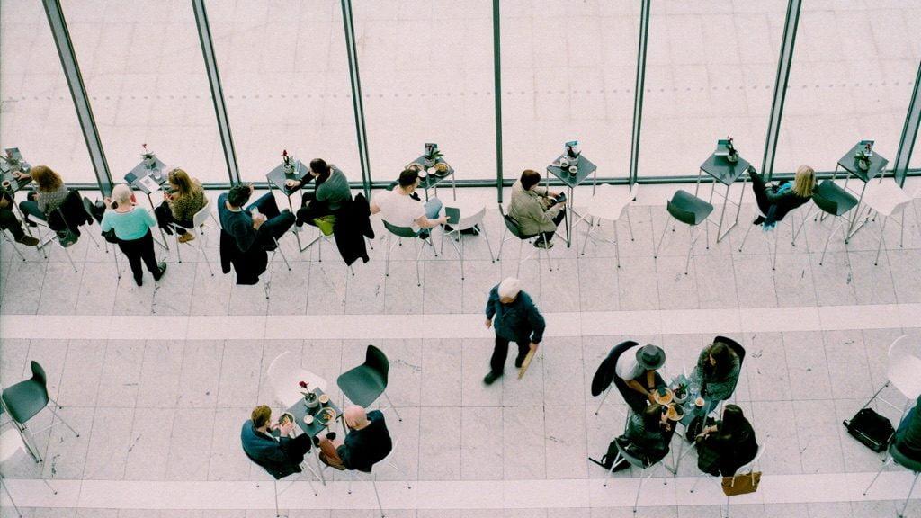 カフェで会話をしている人々