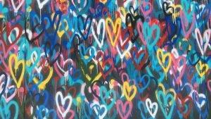 ハートマークがたくさん描かれた壁