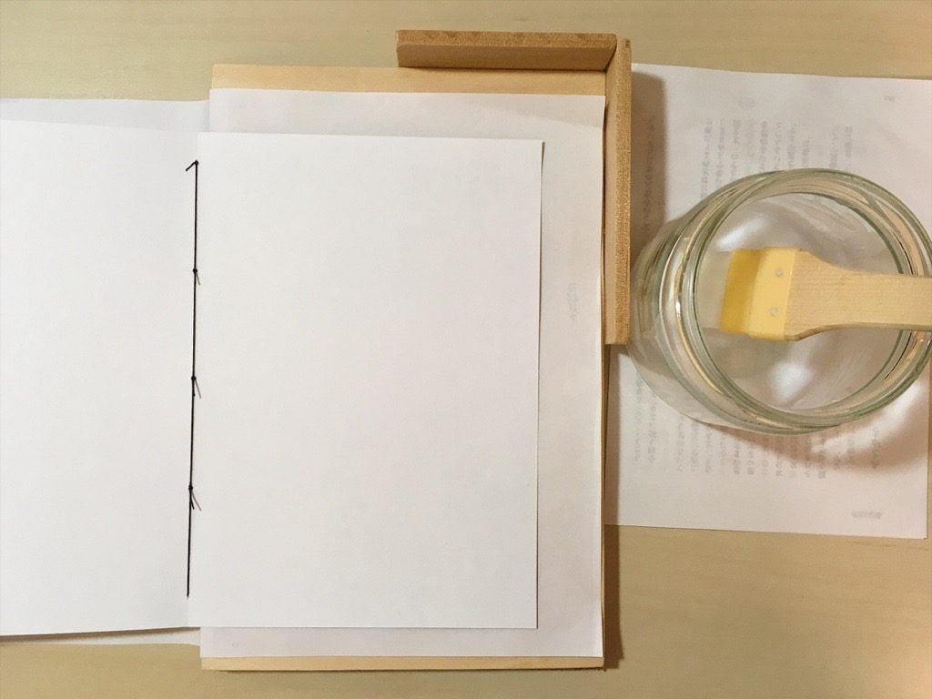 Pinocchio展に出展する小説手製本の表紙の内側を糊付け