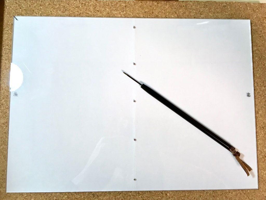 Pinocchio展に出展する小説手製本の表紙に穴を開ける