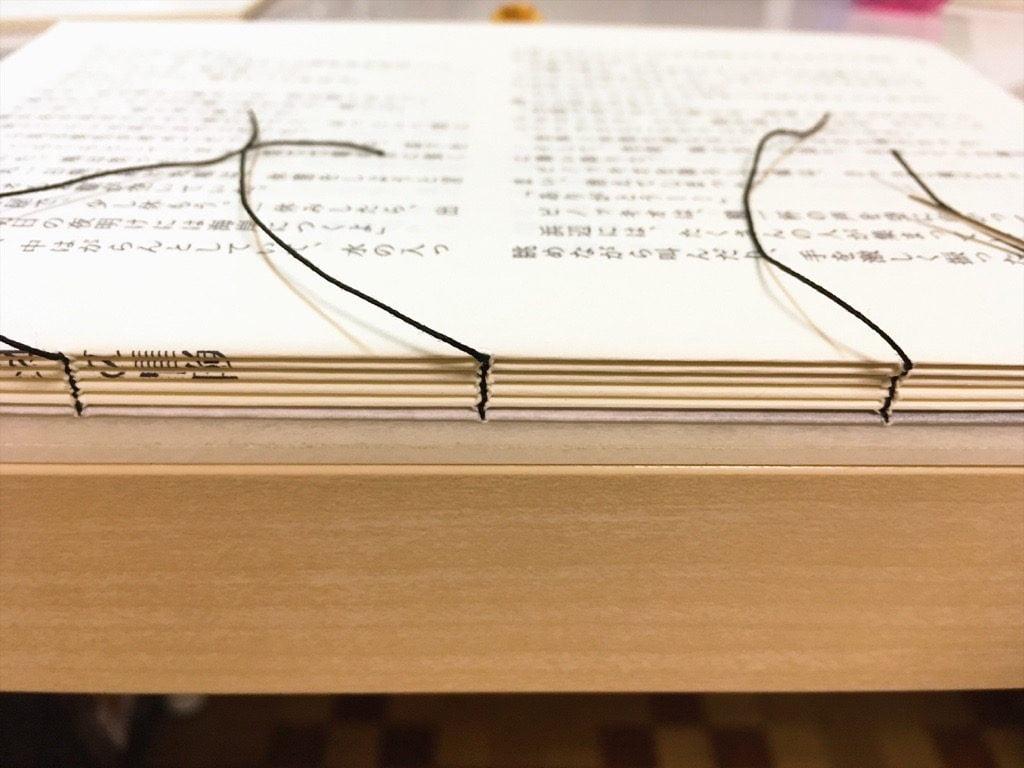 Pinocchio展に出展する小説手製本の糸かがり作業