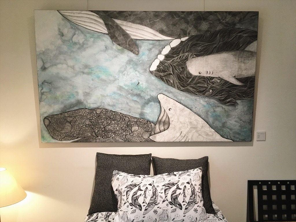 繁田穂波初個展のベッドルームに飾られた大きな絵