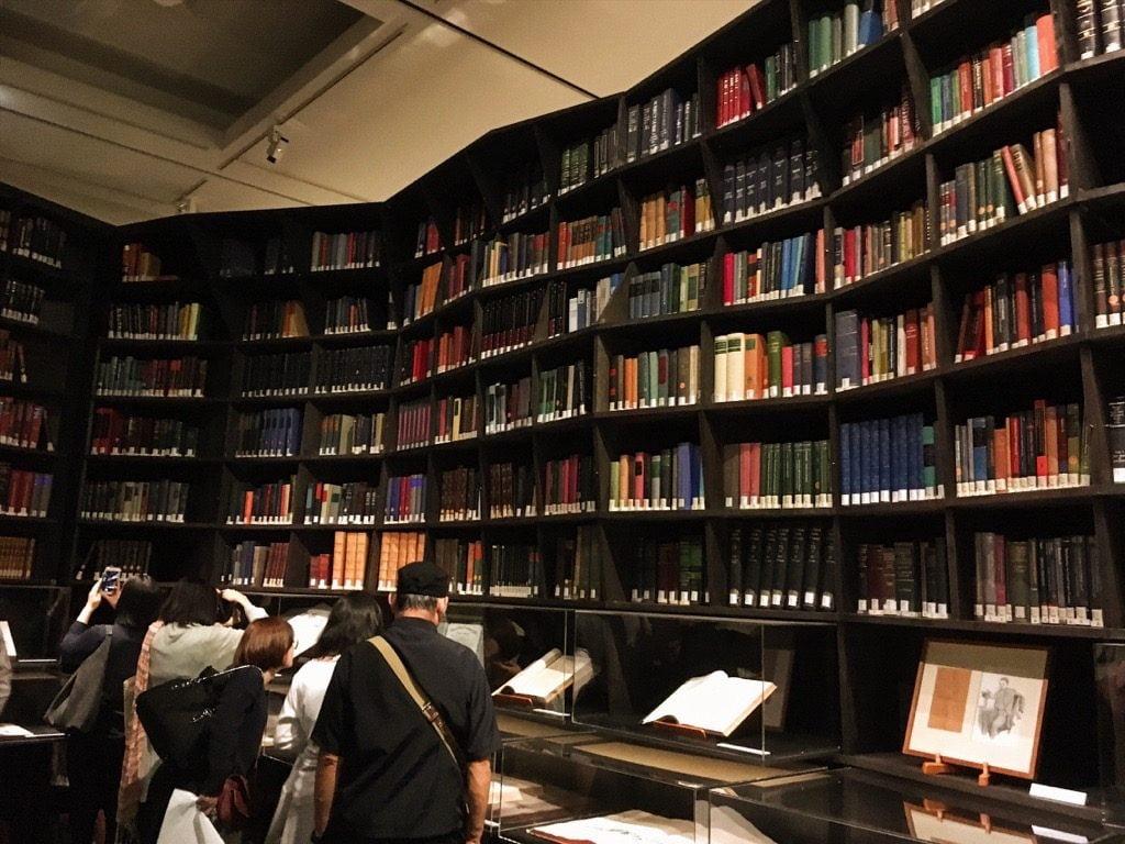 [世界を変えた書物]展の本棚