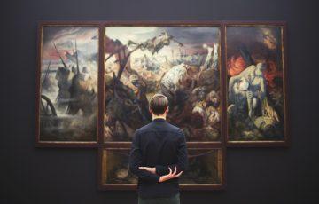 絵画を見ている男の背中