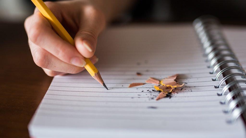 鉛筆を握るも何も書けていない