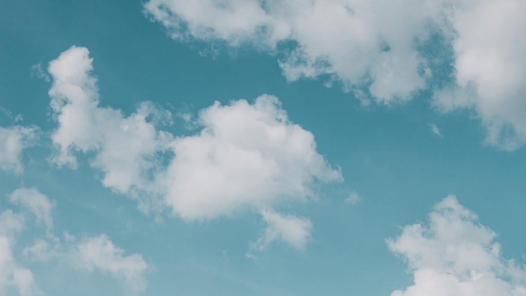 青い空に浮かぶ雲