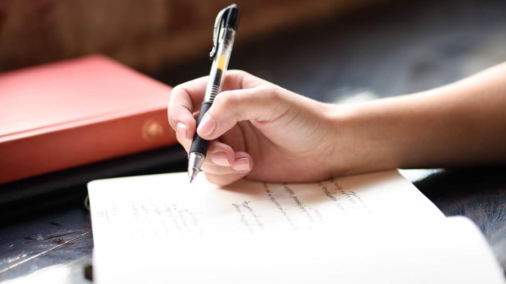 ペンで書いているところ