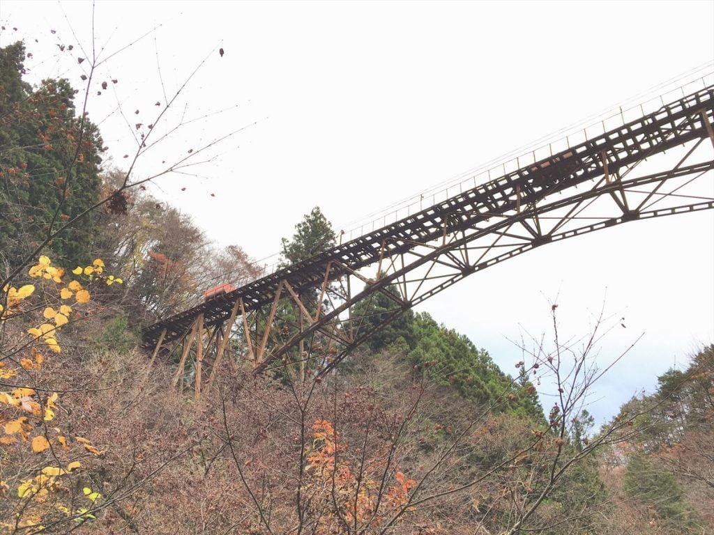 奥多摩の使われていない鉄橋とトロッコ