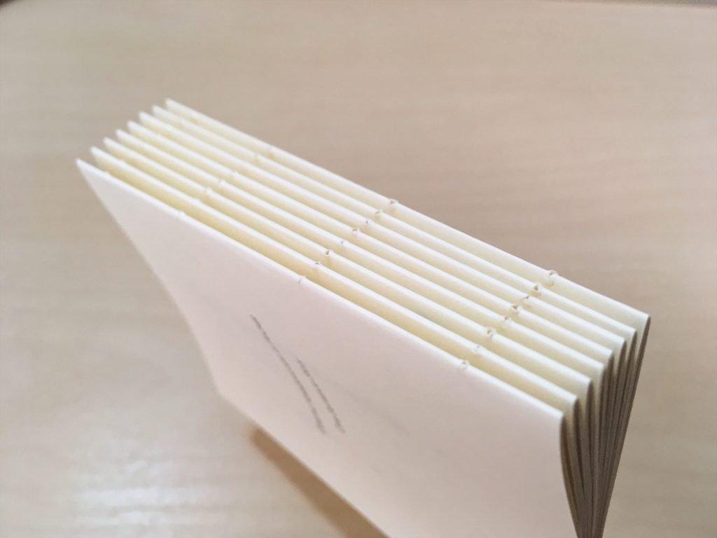 新作一文物語手製本「ポケットに入る宇宙の万華鏡 下」の本番用紙の本文の穴の空いた背