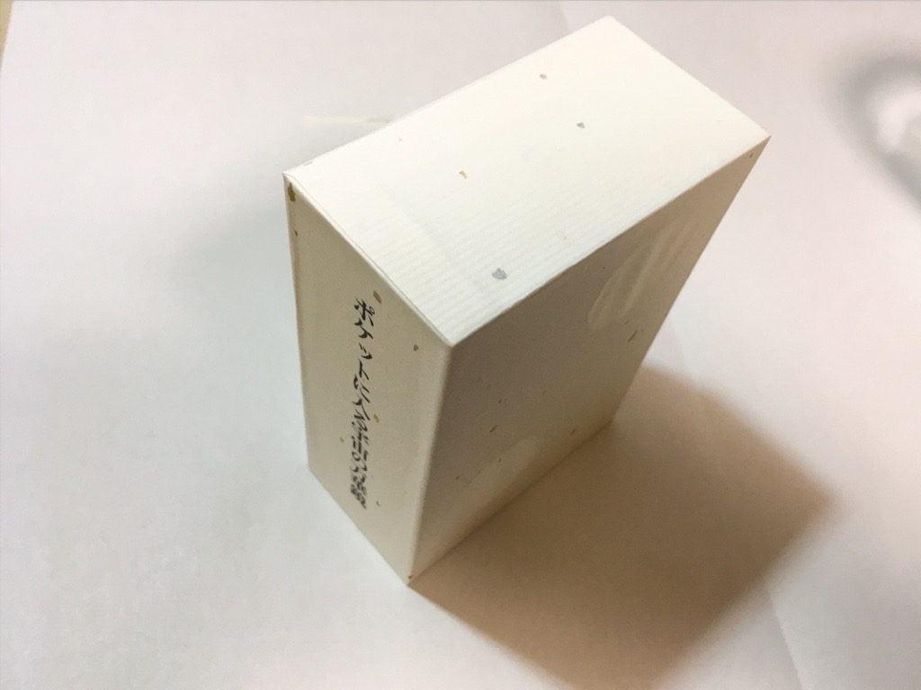 ポケットに入る宇宙の万華鏡BOXの外装を箱に貼っているところ