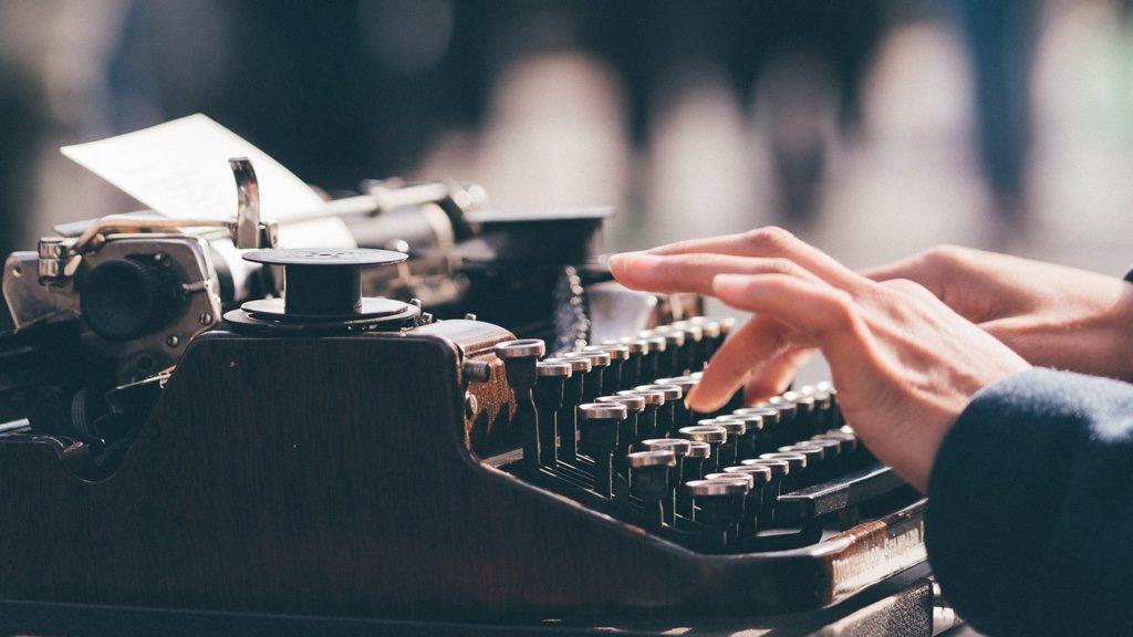 タイプライターを打っているところ