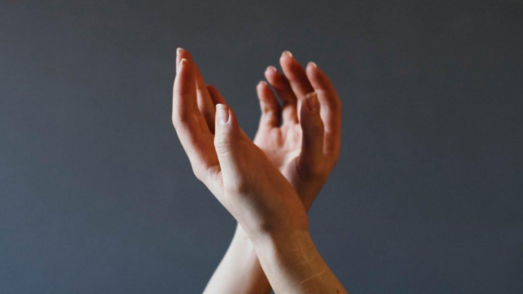 握り合う寸前の手