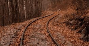 落ち葉の落ちた線路