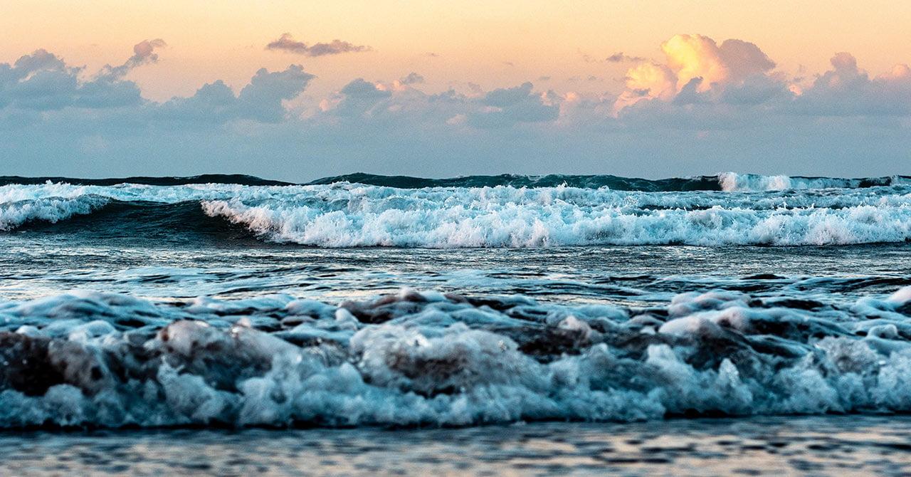 夕方の波打ちぎわ