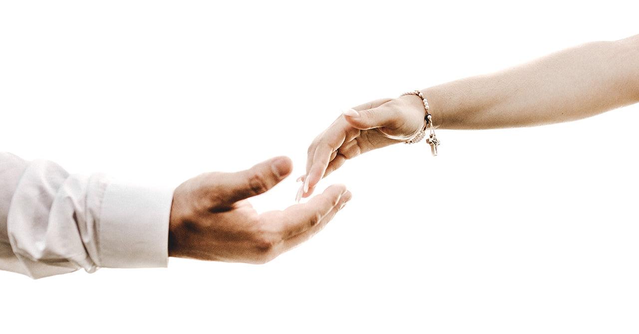 男性の手と女性の手