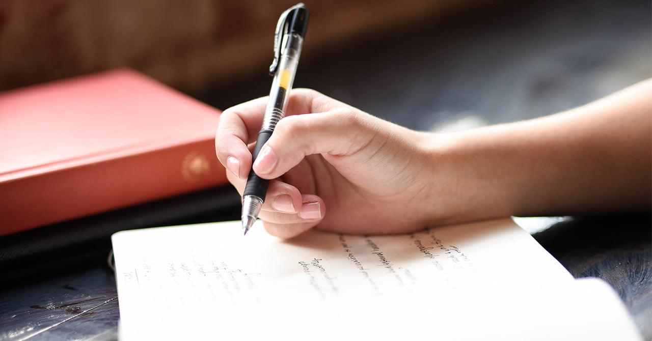 字を書いているところ