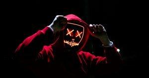 マスクをかぶった人
