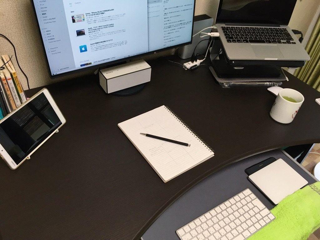 机の天板下にあるキーボード置き