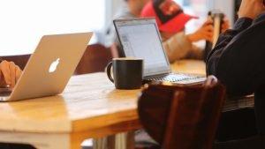 カフェのテーブルに置かれたノートパソコン